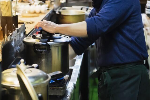 ご飯を炊く男性